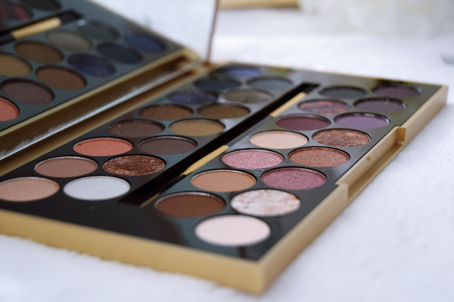 Makeup_Revolution_London_haul_review_Fortune_favours_the_brave_eyeshadows_Zalabell_2